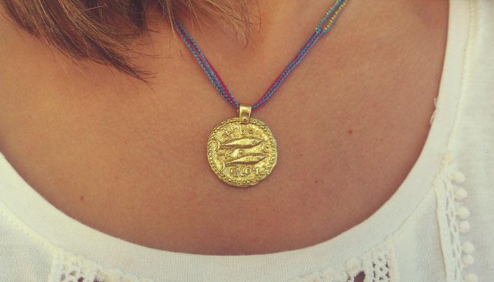 Dos atunes, a la izquierda, entre las cabezas creciente externo y punto símbolo de la diosa Tanit